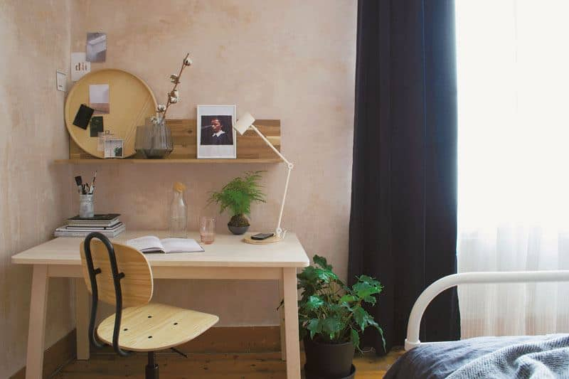 Small office desk in the corner of a bedroom. How to solve this and other design dilemmas?