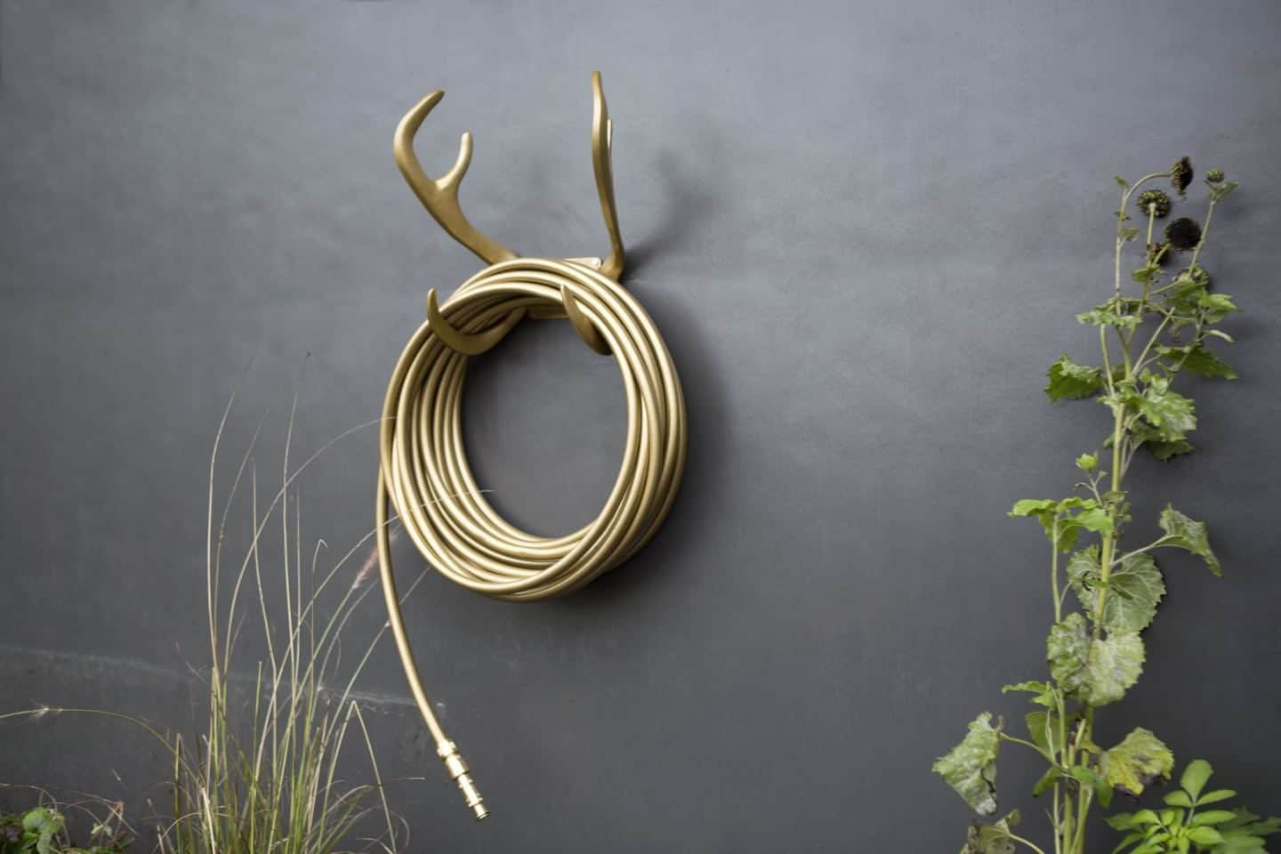 Garden Glory - Stylish garden equipment - gold garden hose wall-mounted on gold antlers