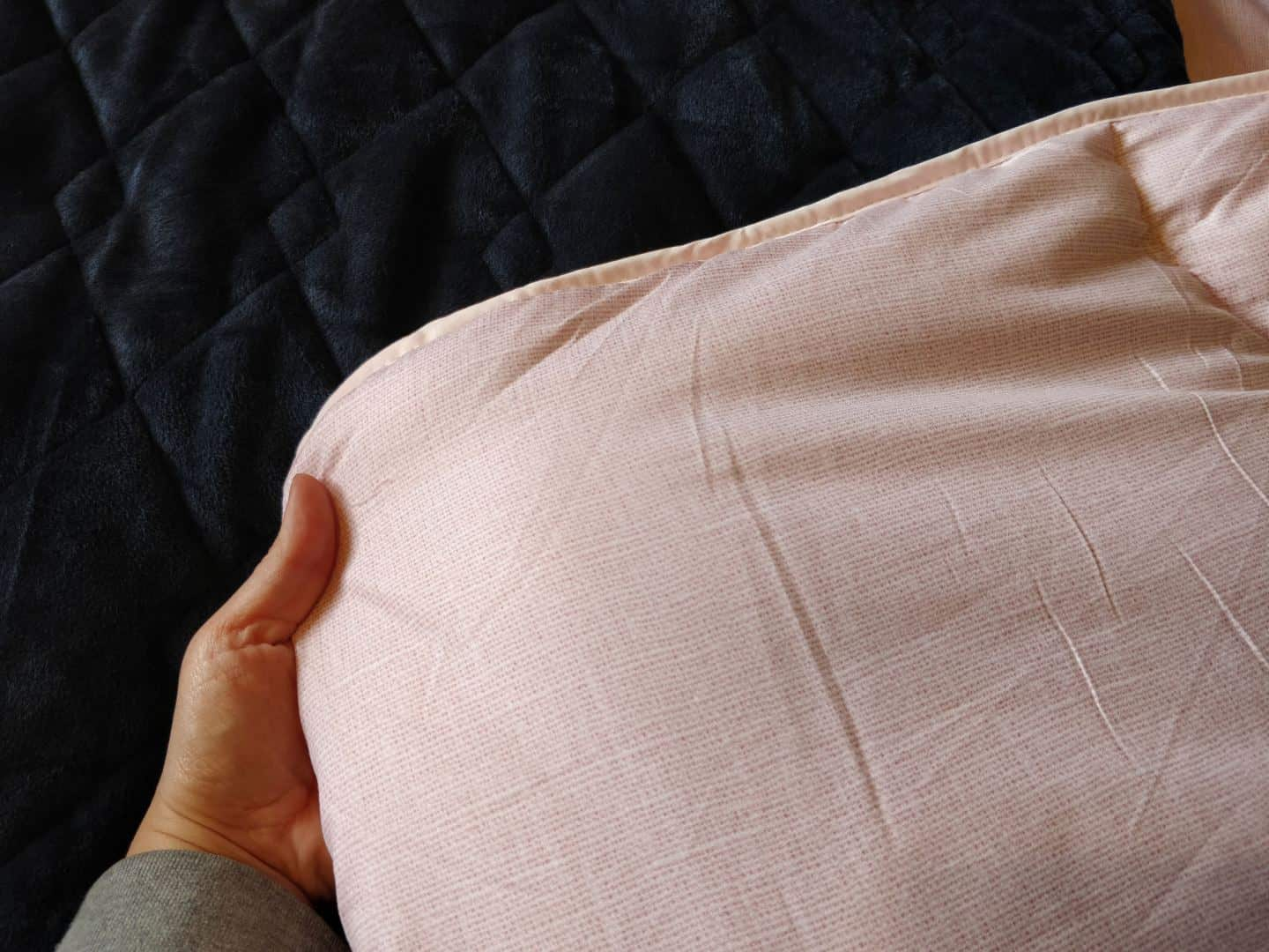 World Sleep Day 2020-5 Ways to Improve your Sleep. A coverless pink duvet and navy blue weighted blanket on a bed