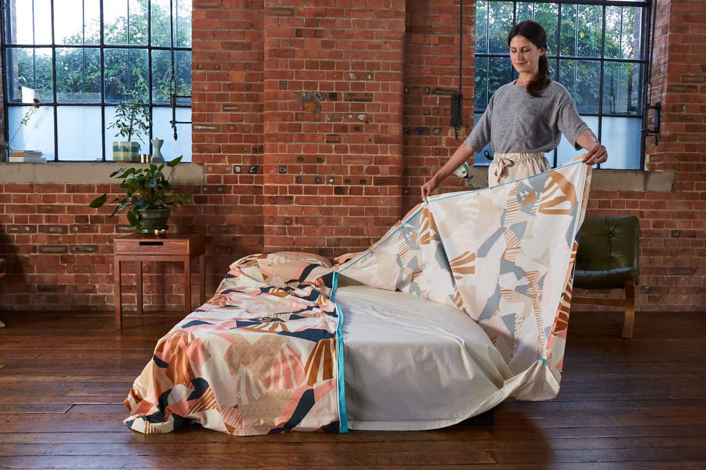 Koa revolutionary duvet cover. A woman opens the duvet cover by unzipping the central zip. The easy way to change a duvet cover