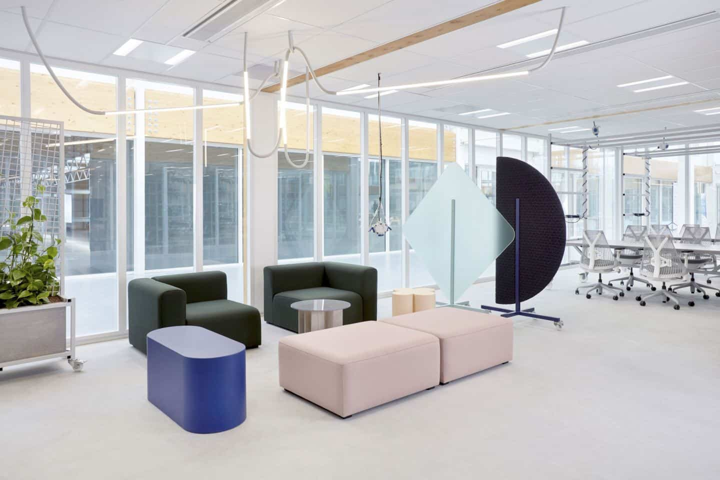 Protective Office Screens for the post-pandemic workplace by Dutch Invertuals used in an office seating area